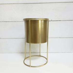Maceta metálica dorada de total tendencia en las decoraciones actuales