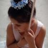 Niña de Comunión con tocado azul en peinado recogido