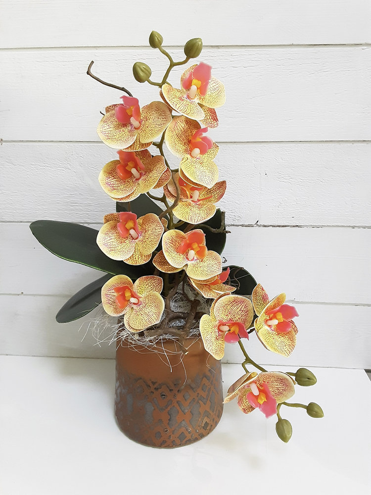 Orquídea de imitación hiperrealista en maceta de cerámica natural, arreglo elaborado en las Flores de Rita