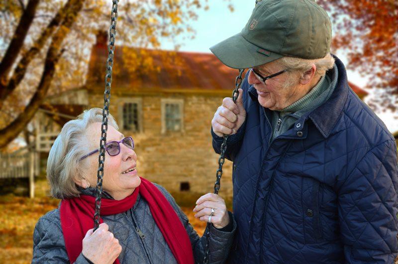 Pareja de ancianos enamorados