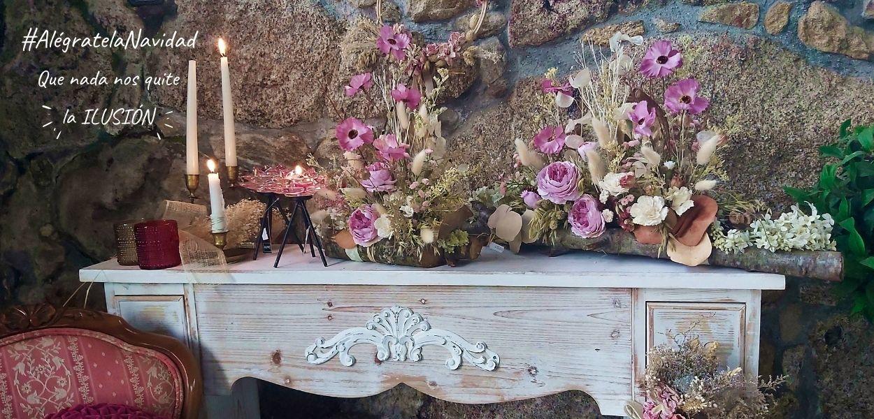 """Portada navidad 2020 """"que nada nos quite la ilusión"""", decorado con mesa de madera, velas y portavelas de diferentes formas y tamaños, centros de mesa con flores secas y preservadas. Decoración inspirada en el campo con fondo de pared de piedra"""