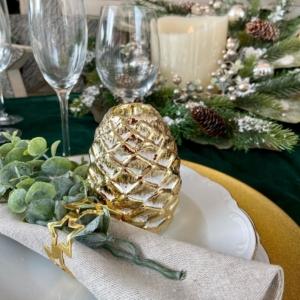 Portavelas dorado en forma de piña para decorar mesas y ambientar tu casa con luz cálida.