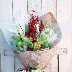 Ramo de flores navideño en colores vivos, rojo, verde y blanco. Colores clásicos de la Navidad, muy alegres y vistosos. LLeva trigos, phalaris, bloom, avena, ... todos ellos naturales.