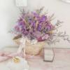 Ramo de flores silvestres naturales en capazo, ejemplo de decoración