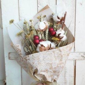 Ramo de flores de Navidad todas ellas naturales para regalar y sorprender a personas queridas. Lo presentamos muy bonito para crear el efecto wow en quien lo reciba.