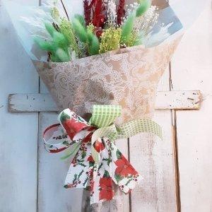 Ramo de flores secas para decorar o regalar en Navidad. Llevan sus lazos de colores de colores navideños.