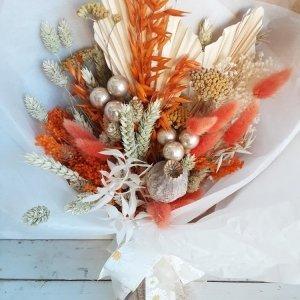 Alégrate la vida con este ramo natural seco con flores preservadas. Tiene unos detalles navideños que puedes retirar al pasar las fiestas y seguirás disfrutando del color de sus flores todo el año.