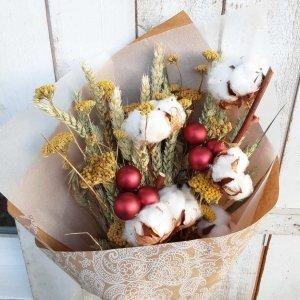Ramo de Navidad con flores de invierno para llevar un poco de campo y naturaleza a tu casa. Con algodones naturales, trigos y otros.