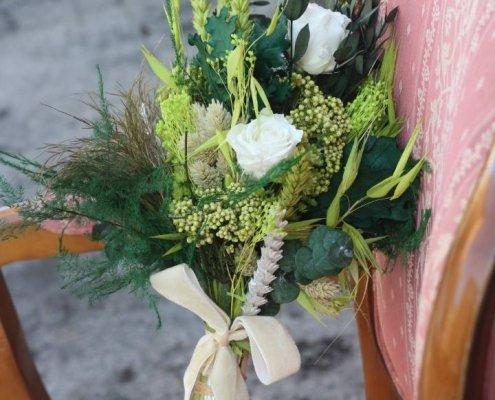 Ramo de novia con mucha personalidad, con rosas blancas preservadas rodeadas de distintos verdes