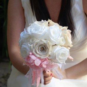 Ramo joya de rosas preservadas para una boda romántica