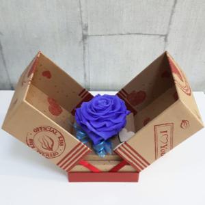 Rosa eterna morada en caja sorpresa para regalar en San Valentín y fechas especiales