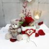 Rosa preservada roja en caja blanca de madera decorada con corazones más un peluche con lacito de corazones para regalar
