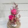 Arreglo en cúpula de rosas eternas con pajarito decorativo y flores del campo