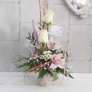 Rosas y orquídeas en taza original Berta