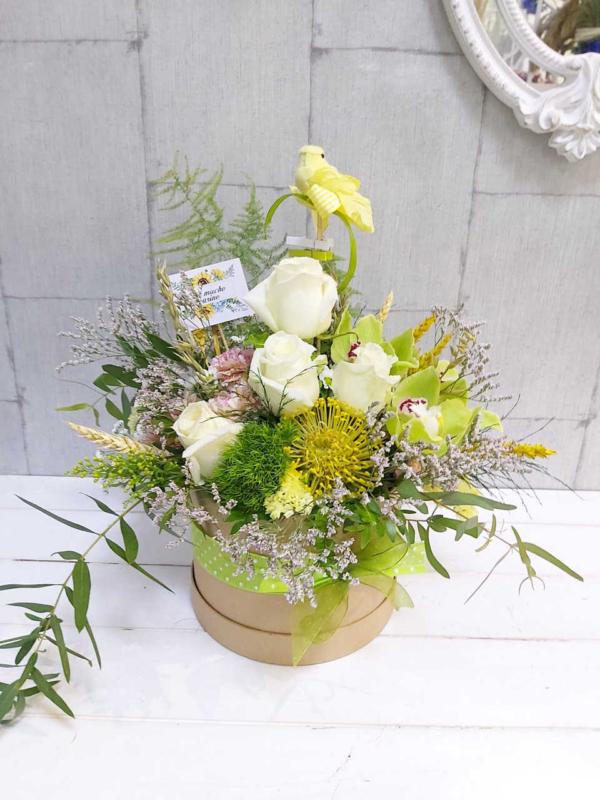 Sombrerera con flores frescas Candela