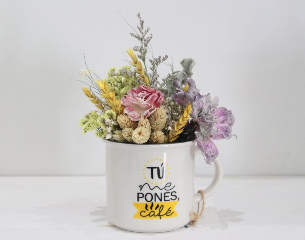 taza con flores secas para alegrar tu casa