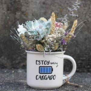 Taza decorativa llena de bonitas flores para regalar a tu persona favorita