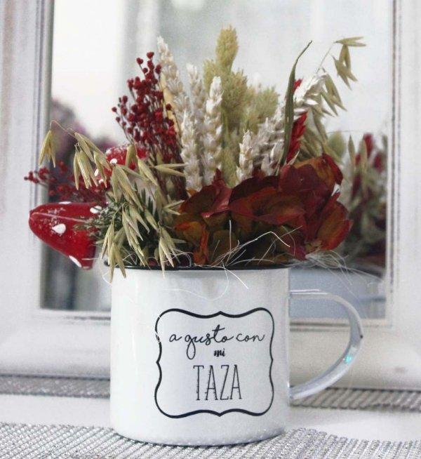 taza para Navidad con hortensia preservada