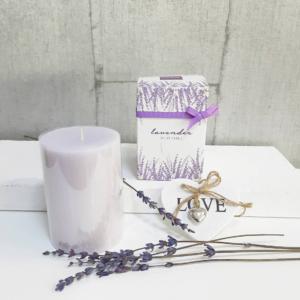 Vela aromática lavanda en caja bonita con lazo color malva para regalar