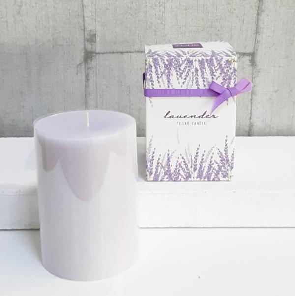 Vela aromática lavanda cilíndrica en caja regalo con lazo a tono