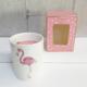 Vela perfumada decorativa en recipiente de cerámica con ilustración de flamenco, con caja rosa para regalo