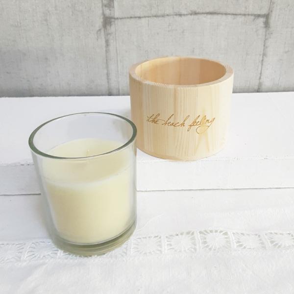 """Vela perfumada en vaso con portavelas reutilizable de madera natural con la frase """"the beach feeling"""""""