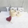 Vela perfumada en vaso de vidrio para regalar en una fecha especial como San Valentín, con rosa preservada y corazón de madera